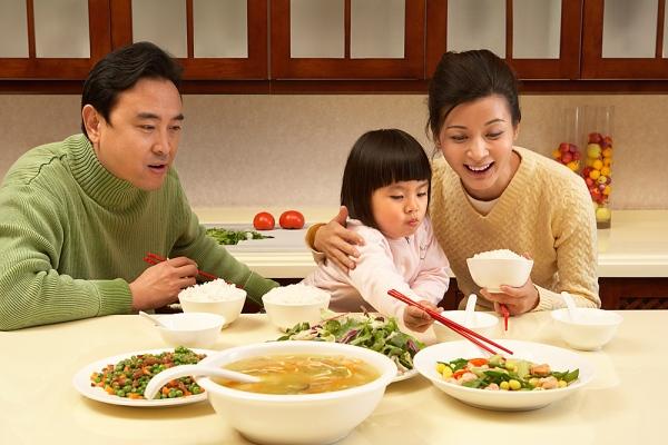 Nằm mơ thấy ăn cơm, ăn uống điềm báo gì, lành hay dữ?