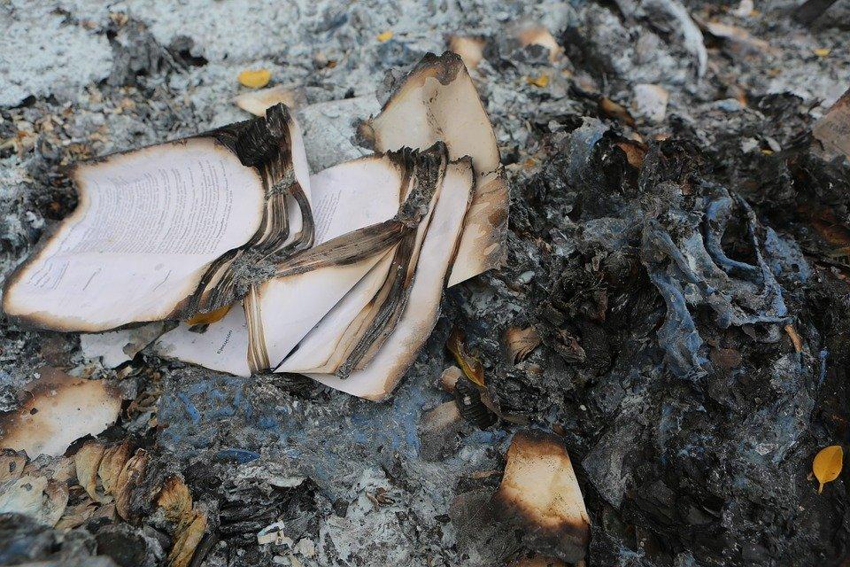 Mơ thấy đốt sách, sách vở cháy là điềm báo gì? Đánh con gì?